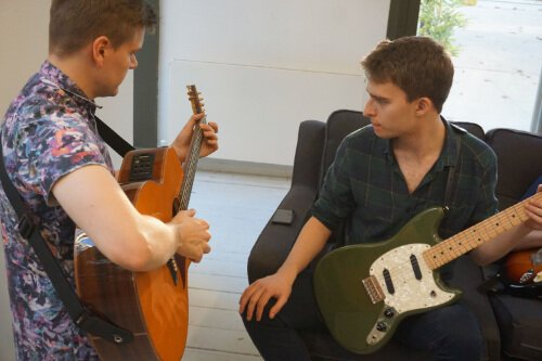 Darryl with student Rob Ash, working on fingerpicking